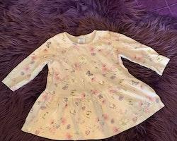 Ljusrosa klänning med mönster av blommor och fjärilar från Lindex stl 62