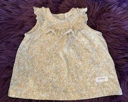 Vit ärmlös klänning med gult, grönt och grått blommönster från Newbie stl 62