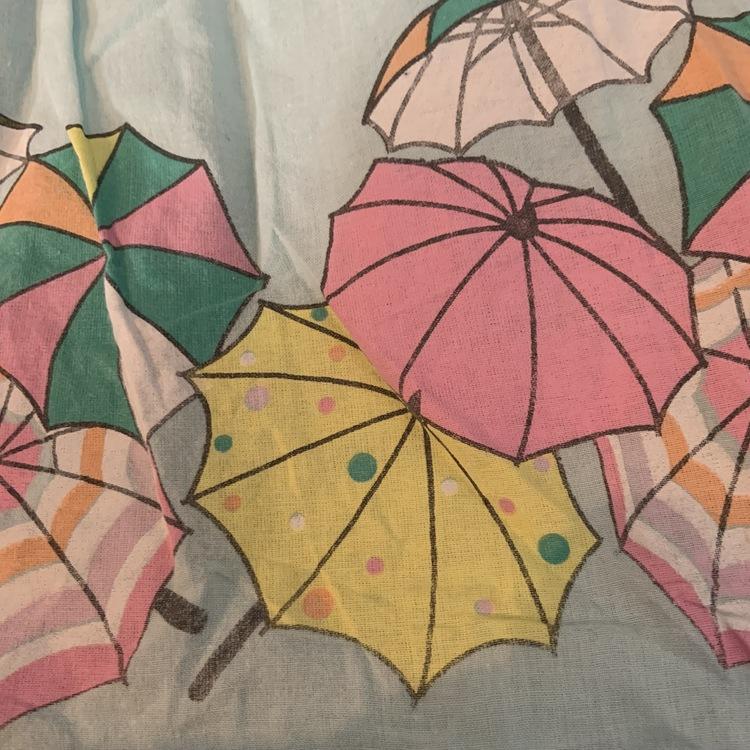 Ljusblå ärmlös klänning med rosa knappar och färgglatt parasoll mönster från Lindex stl 80