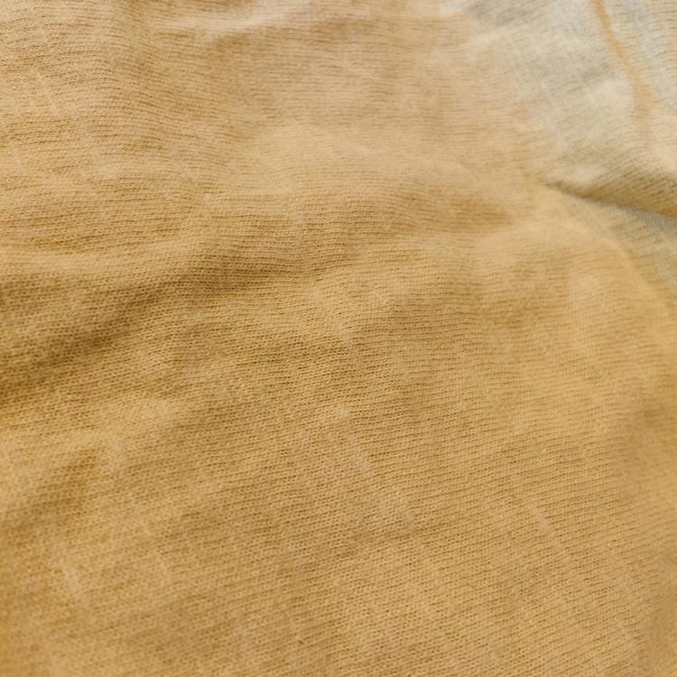 Vit kortärmad body med lejonmönster i gult och brunt samt gula hängselbyxshorts från Lindex stl 80