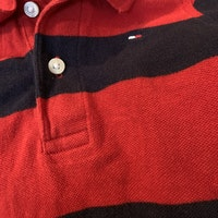 Kortärmad röd piké body med breda mörkblå ränder från Tommy Hilfiger stl 80