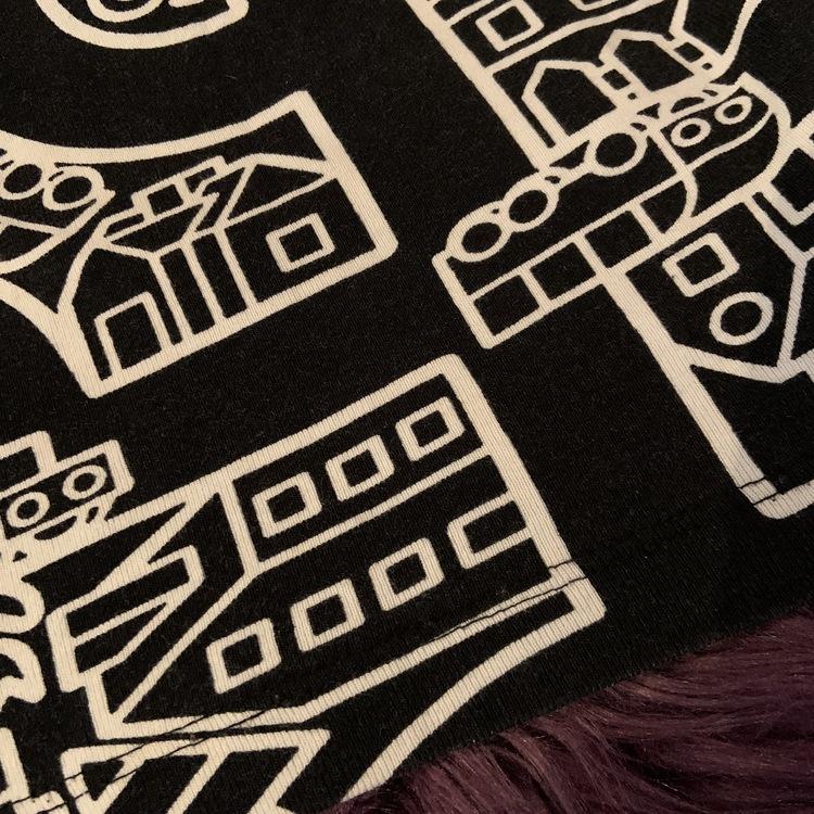 Svart t-shirt med gröna kantband och vitt mönster från PoP stl 80