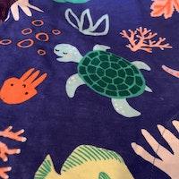 Blå kortbent och ärmlös romper med färgglatt marindjurs tryck från Lindex stl 80