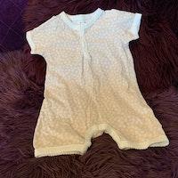 Ljusrosa kortärmad kortbent pyjamas med vitt mönster från Newbie stl 80