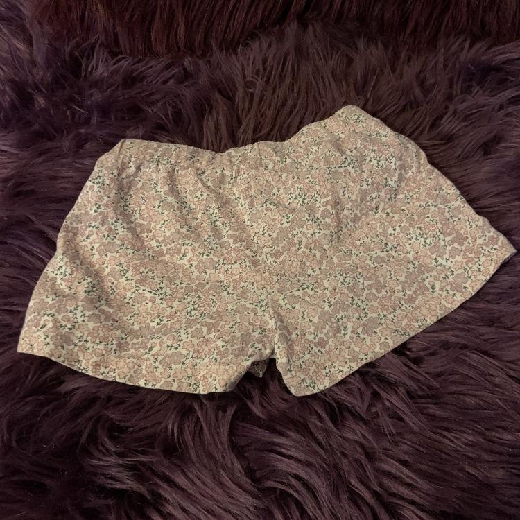 Vita shorts med mestadels rosa småblommigt mönster från Lindex stl 80