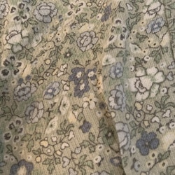 Ljusgröna byxor med blått, grått och vitt småblommigt mönster från Newbie stl 62