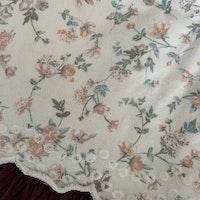 Vit ärmlös klänning med rosa och grönt blommönster och volanger från Newbie stl 56