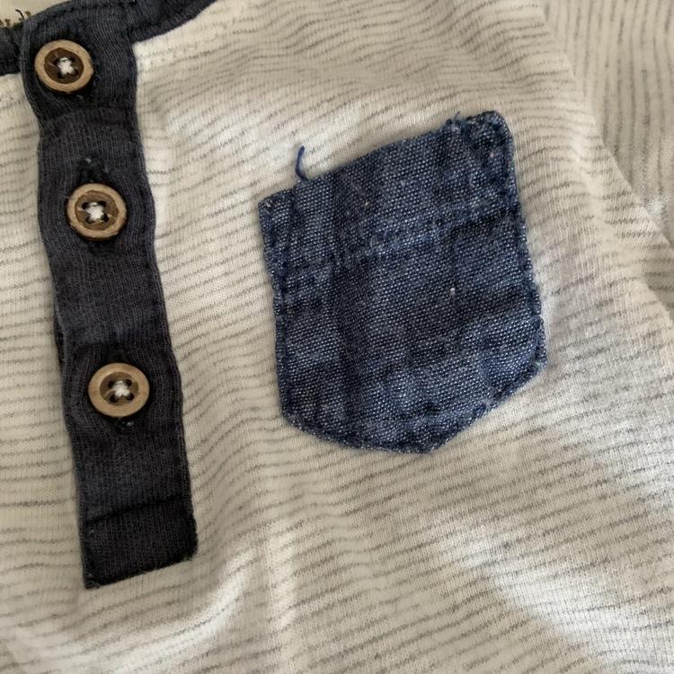 Vit body med ljusgrå ränder, farfarsknäppning och mörkblå kantband och bröstficka från Newbie stl 56