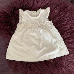 Ljuslila klänning med volangärm och spets från Newbie stl 56
