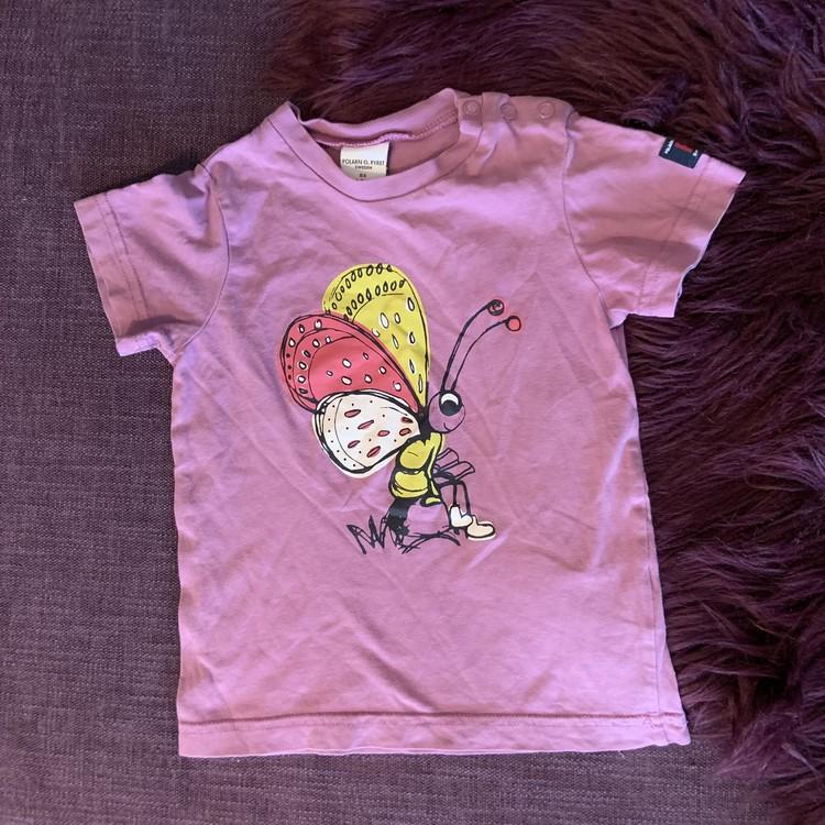 Lila t-shirt med fjärilstryck i svart, vitt, rosa och gult från PoP stl 86
