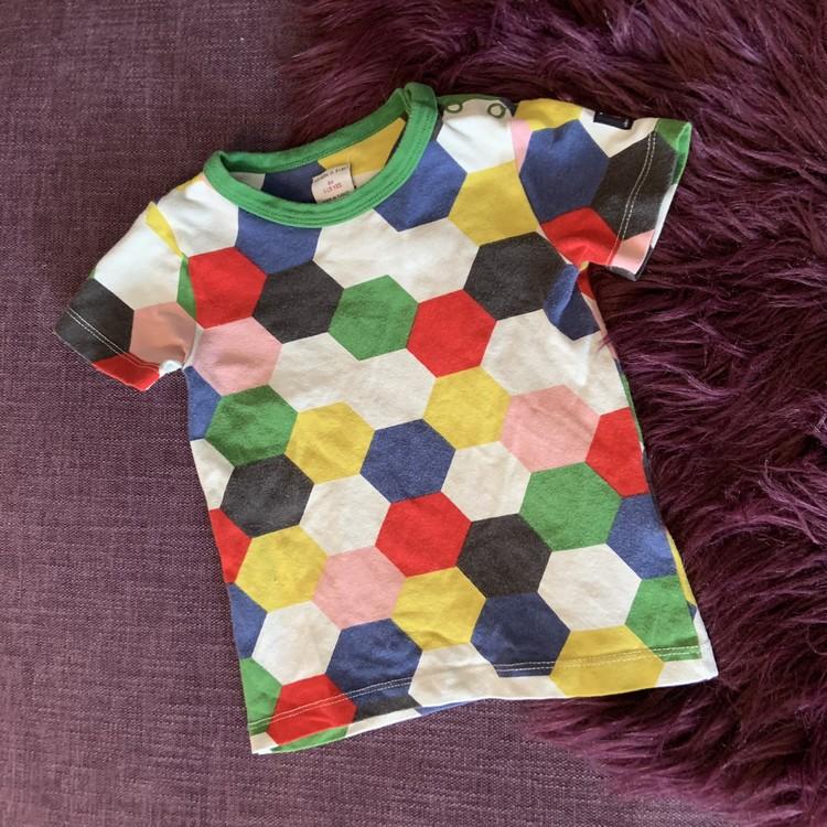 Flerfärgad t-shirt med hexagonmönster från PoP stl 86