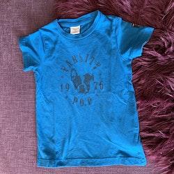 Blå t-shirt med svart text- och hundtryck från PoP stl 98
