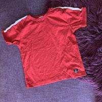 Set med röd t-shirt och mörkblå shorts från PoP stl 104