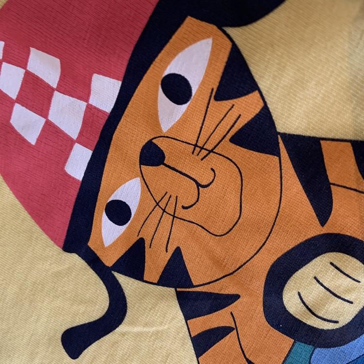 Gul t-shirt med lejon- och tigertryck från PoP stl 116