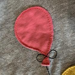 Grå melerad tröja med färgglatt tryck och applikationer av panda med ballonger från PoP stl 110/116