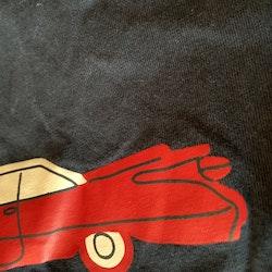 Svart t-shirt med rött och vitt biltryck från PoP stl 92