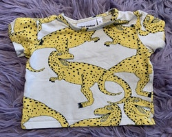 Grå/beige t-shirt med gula och svarta dinosaurier från Mini Rodini stl 56-62