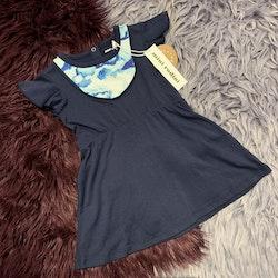 Mörkblå kortärmad klänning med moln detalj från Mini Rodini stl 80-86