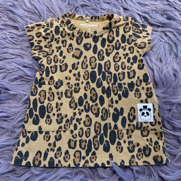 Leopardmönstrad kortärmad klänning från Mini Rodini stl 56-62