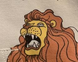 Ljusgrå collegetröja med dragkedja, huva och lejontryck från Mini Rodini stl 68-74