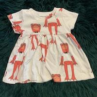 Vit klänning med rosa grodor och matchande leggings från Mini Rodini stl 56-62