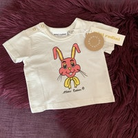 Vit t-shirt med svart, gult och rosa kanintryck från Mini Rodini stl 56-62