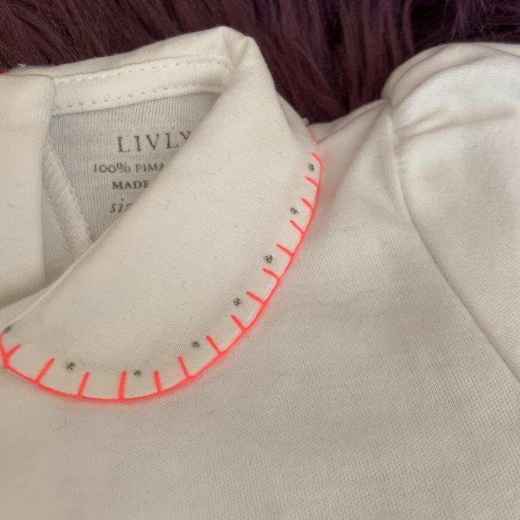 Vit kortärmad body med dekorerad krage från Livly stl 3-6 mån