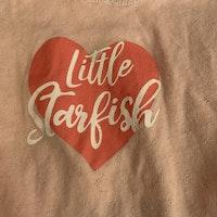 En ljusrosa och en rosa linnesbody med marint texttryck från Lupilu stl 62/68