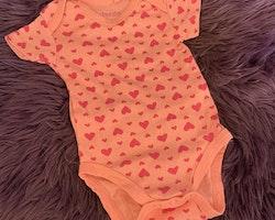 Rosa kortärmad body med mörkrosa hjärtan från Lupilu stl 62/68
