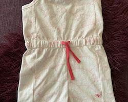 Ljusrosa och vit jumpsuit med snäckmönster och spagettiband från Livly stl 98