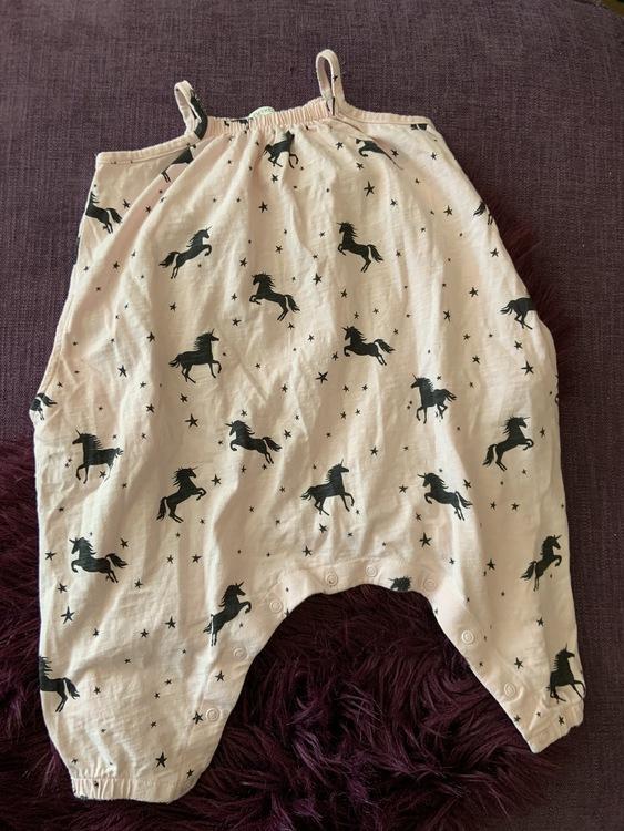 Ljusrosa jumpsuit med fickor, svarta enhörningar och stjärnor från NeXT stl 80