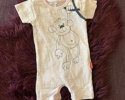 Ljusrosa melerad kortärmad kortbent pyjamas med en apa från Name it stl 50