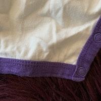 Vit kortärmad kortbent pyjamas med lila kantband och flerfärgat fågel tryck från Lindex stl 86