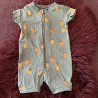 Turkos kortärmad kortbent pyjamas med gula och orangea päron från Lindex stl 56