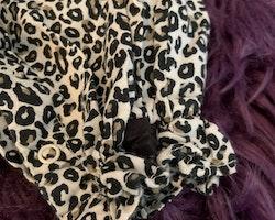Leopardmönstrad jumpsuit med volanger och svarta rosetter från Lindex stl 62