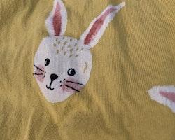 Gul kortärmad kortbent pyjamas med kaniner från Lindex stl 62