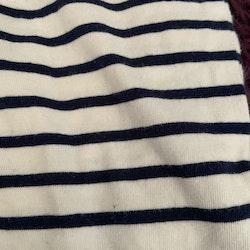 Vit jumpsuit / sjömanskostym med mörkblå ränder och rött ankare från HM stl 50