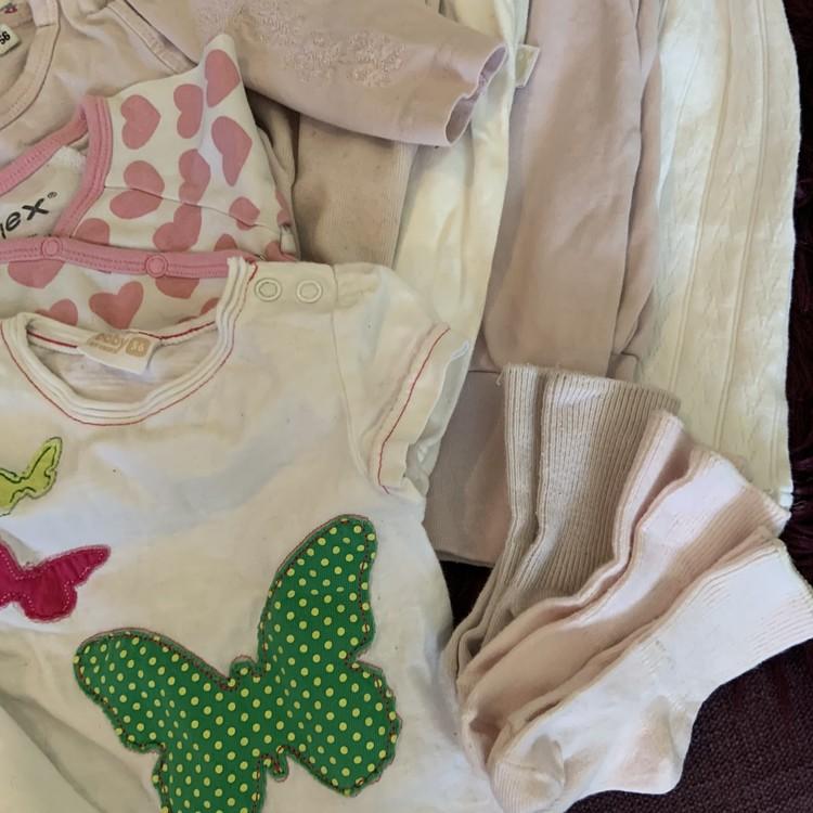 Ett kilo klädpaket i vitt och rosa stl 50-56