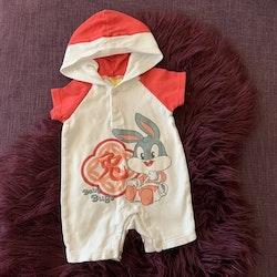 Vit och orange jumpsuit med bebis Snurre Sprätt tryck och broderat asiatiskt tecken från Baby Looney Tunes stl 0-3 mån