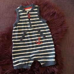 Mörkblå jumpsuit med vita ränder, ficka och rött ankare från Ellos stl 74