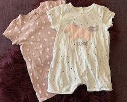 Två kortärmade kortbenta pyjamaser i ljuslila med vita stjärnor resp. vitt med lila prickar och enhörning från Vertbaudet stl 71 cm