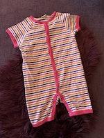 Vit kortärmad kortbent pyjamas med rosa kantband och ränder i rosa, lila och orange från Lindex stl 86