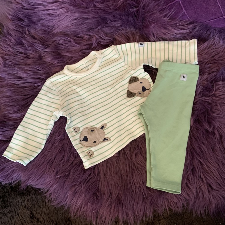Off-white tröja med gröna ränder och hundapplikationer samt gröna leggings från PoP stl 62