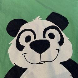 Grön jumpsuit med en panda från Name it stl 62