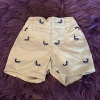 Beigea shorts med broderade blå valar från BabyGap stl 3-6 mån