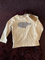 Vit tröja med vit och blå randig valapplikation från Newbie stl 86