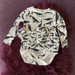 3 delat paket med vit body, mössa och haklapp med mörkblå valar från Newbie stl 86 + 48/50 + OS