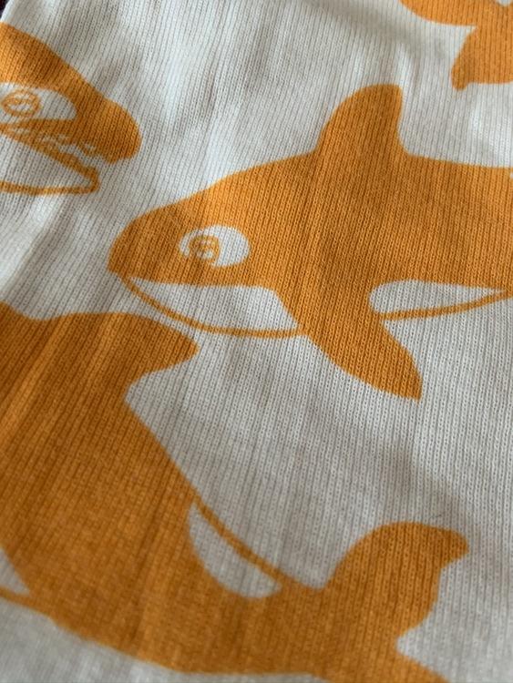 Beige kortärmad body med orangea späckhuggare och matchande leggings från Mini Rodini stl 56-62