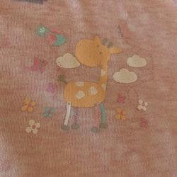 Rosamelerad ärmlös bodymed gulligt girafftryck från Jacky stl 68