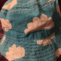 Himmelsblå solhatt med vita moln från Me & i stl 48-50